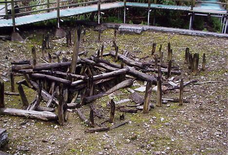 河姆渡遺跡で見つかった新石器時代の井戸枠(復原)