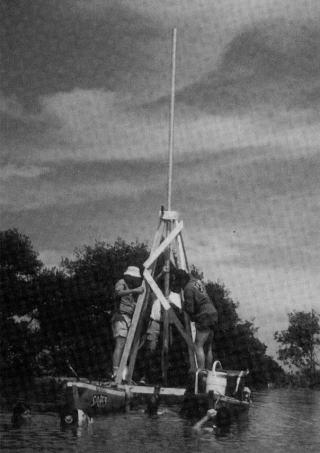 Fig.3 コア・サンプリング用パイプの海底挿入作業、ジャマイカ、聖アン湾(INA提供)